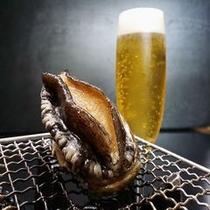 アワビ踊り焼きはお客様目の前で!焼きたてアツアツをビールとともに♪