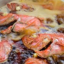 料理長秘伝の濃厚で甘辛い味付けと調理法がクチコミでも好評の金目鯛の姿煮付。今日もいい感じの仕上がり!