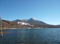 初冬の雪景色の女神湖と蓼科山
