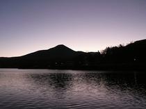 晩秋の夜明けの白樺湖と蓼科山