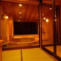 貸切露天風呂≪檜≫脱衣場から浴槽