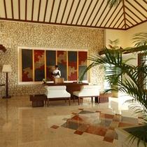 【フロント】明るい光が差し込む当ホテルフロント。極上プライベート空間へと誘います。