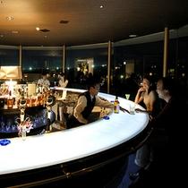 天の川をイメージした光るカウンターテーブルのBARで楽しんではいかがでしょうか
