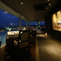 水上に浮かぶレストラン。ぬーじ 鉄板焼き『あこーくろー』光あふれるレストラン。