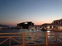 海響館の夕暮れ。カモンワーフボードウォークからの景色