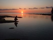 備瀬の夕日(宿より徒歩0分)