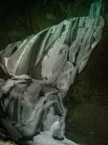 ライトアップされる氷結の袋田の滝と滝川