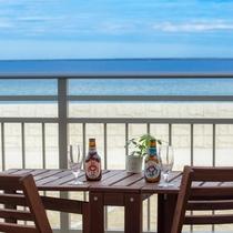 暖かい日は海辺のテラスでお飲み物を