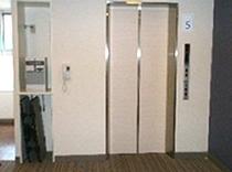 エレベーター前写真 ズボンプレッサー・VOD販売機あり