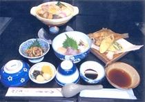 夕食例/魚介類や肉の入ったよせ鍋。