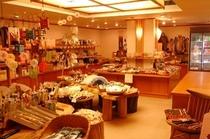 【売店 花車】旅の思い出を、ゆったりした空間でお選びください。