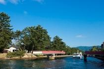 【廻旋橋】船が通るたびに90度旋回する珍しい橋で、天橋立と文殊堂のある陸地をつなぐ橋です。