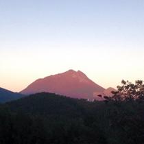 【夕方の風景】由布岳も反射して、とても綺麗な夕焼けが見えます。