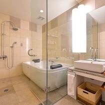 *プレミアムスイート(1301号室)/欧米サイズの大型浴槽。極上の寛ぎタイムをお過ごし下さい。