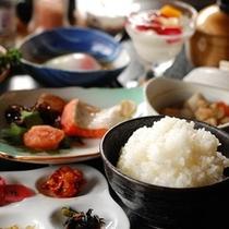 【朝食】お客様毎に土鍋で炊く「ご飯」が人気です。自家製米と自家製のお漬物をどうぞ/例