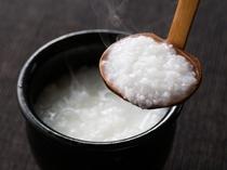 お粥 。料理長こだわりのお米で作った、体にやさしいお粥をお楽しみください。
