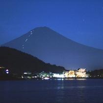 富士山と山小屋の灯り