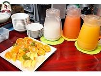 新鮮フルーツと、おいしいフルーツジュースもご用意しております☆