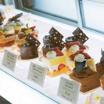 1階「ロビーラウンジ」 ホテルパティシエ特製のケーキもご用意