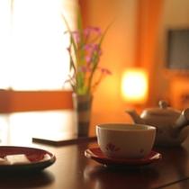 まずはお部屋でひと休み。おいしいお茶でおもてなしいたします。
