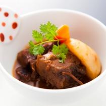 【飛騨牛たっぷり贅沢コース】料理長特製のデミソースでじっくり煮込んだ飛騨牛は、お箸でさける柔らかさ。