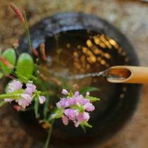 【玄関】季節のお花が優しくお出迎え。「おかえりなさいませ」
