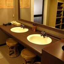 【すずめの湯・男性脱衣室】男性脱衣室はシンプルで温かみのある雰囲気。