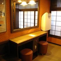 【すずめの湯・女性脱衣室】大きな鏡のパウダーコーナー。室内には、ゆったりとした音楽が流れています。
