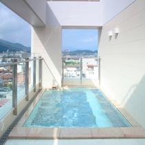 アルピナ朝の展望露天風呂から高山の町並みを見下ろす贅沢な時間。