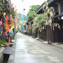 高山の七夕は1か月遅れの8月まで。のきさきに風情ある笹の葉が飾れてます。