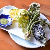 *山菜の天ぷら/旬の食材を使っていますので、季節の変化を感じられます。