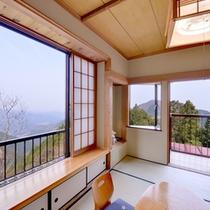 *和室(一例)/大きな窓からは御岳山の雄大な自然を見渡せます。
