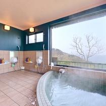 *展望風呂/大きな窓から雄大な景色を眺めることができます。
