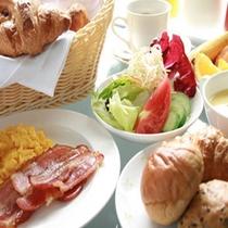 朝食バイキングはサラダ、ベーコン、スクランブルエッグなども