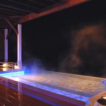 【露天風呂】夜はLEDライトに照らされ幻想的