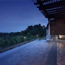 露天風呂(夕) LEDライトに照らされ幻想的な雰囲気をお楽しみ頂けます