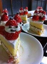 手作り嬉しいイチゴ入り雪ダルマケーキ♡