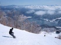 スキー場から湖へ