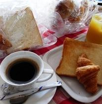 パンのコーヒーの朝食無料サービス
