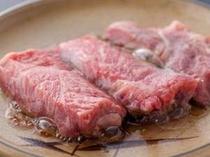 佐賀県産和牛を陶板焼で。口の中であふれる肉汁が絶品!