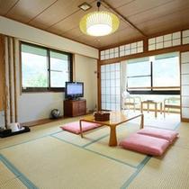 *【客室一例】山々の自然に囲まれ、心安らぐ和室となっております。