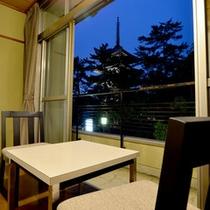 *当館目の前の五重塔は夜はライトアップされます。お部屋の窓からご覧いただけますよ。