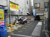 近隣にバイク駐車場があります。