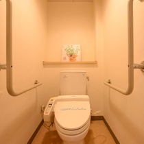 【和洋室 バリアフリートイレ】客室内にバリアフリートイレがございます。