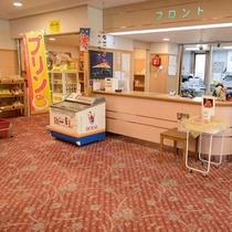 【フロント】フロントの横には売店もございます!