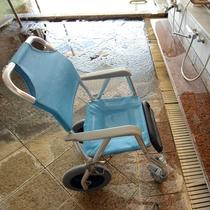 【お風呂用車イス】転倒の危険もなく、安心して入浴していただけます。