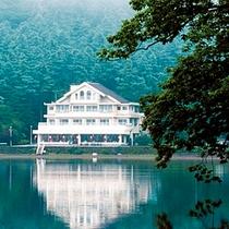 ■榛名湖越しの外観