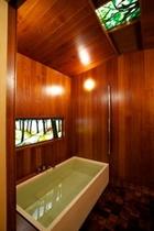 高野槇の浴槽とステンドグラス