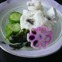 【夕食一例】ハモの湯引き。梅肉でさっぱりと