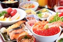 焼き魚や天麩羅、厚焼き玉子など和食も充実!和洋30種類の朝食バイキングをお楽しみください。